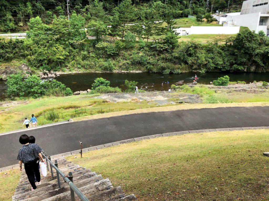 「手ぶらBBQエリア」から階段を降りると桂川