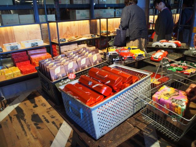様々なお菓子が並ぶギフトショップ