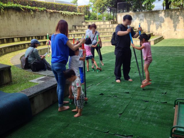 天気のいい日は外で竹馬で遊べるサンクンガーデン