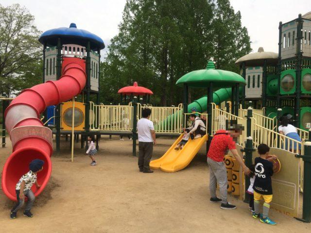 たくさんの子どもが遊ぶコンビネーション遊具