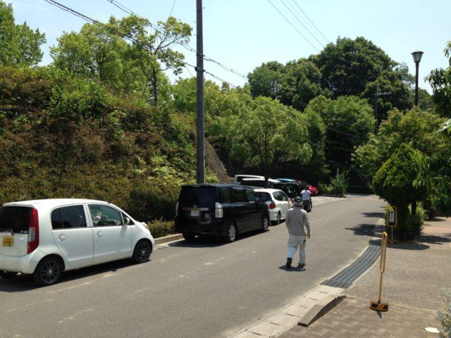 上の駐車場が満車になると道路沿いに数台止めれる