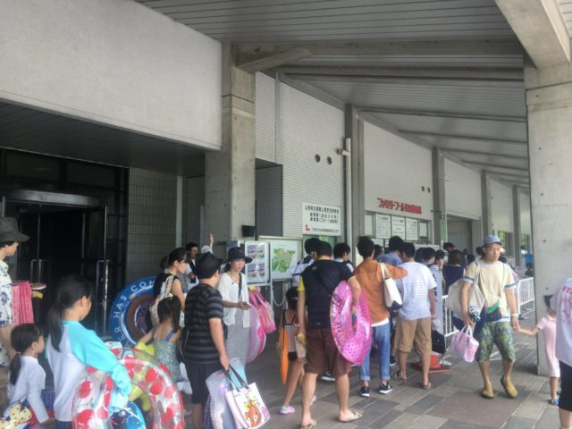 週末は大人気で券売機では長蛇の列